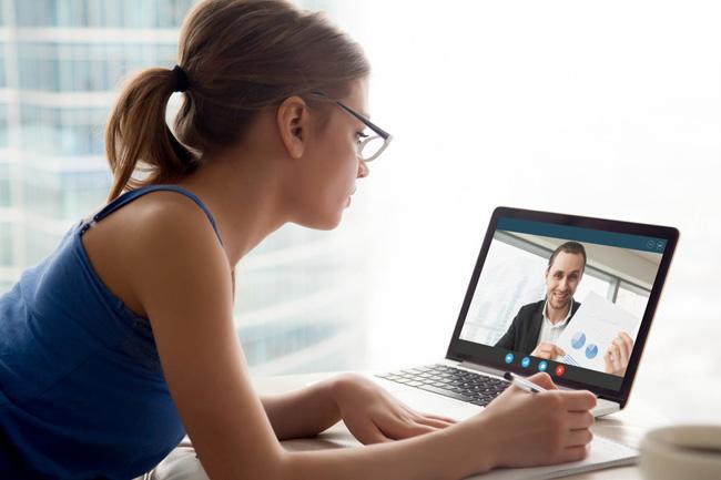Frau mit Laptop beim Videochatten