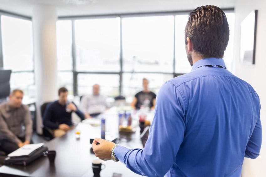 Geschäftsmann hält einen Vortrag