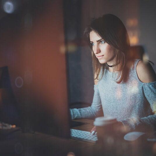 Junge Frau lernt am Computer