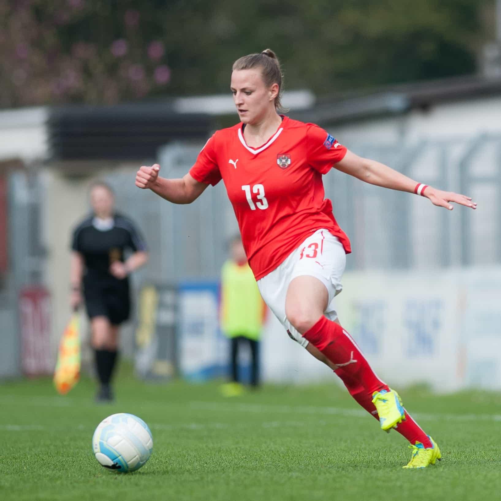 Studentin und Fußballerin Virgina Kirchberger beim Fußballspielen