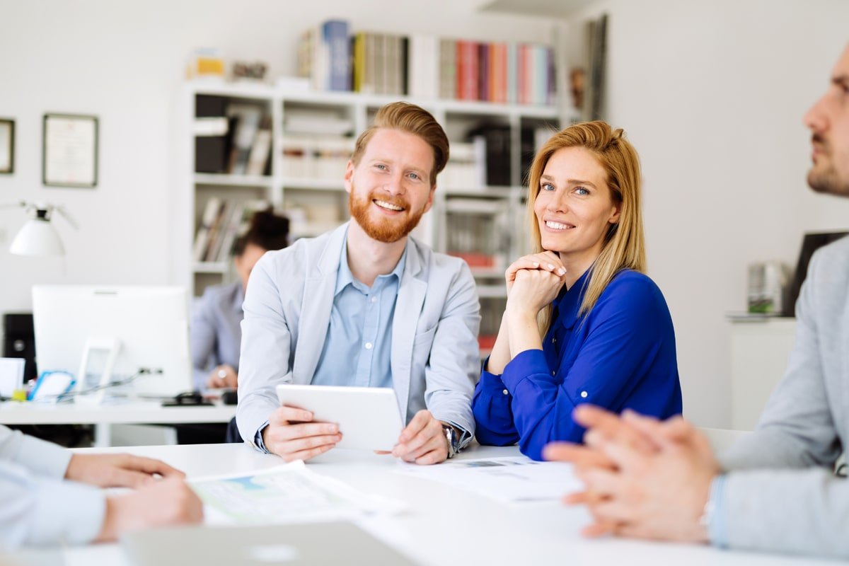 Frau und Mann lachen im Büro