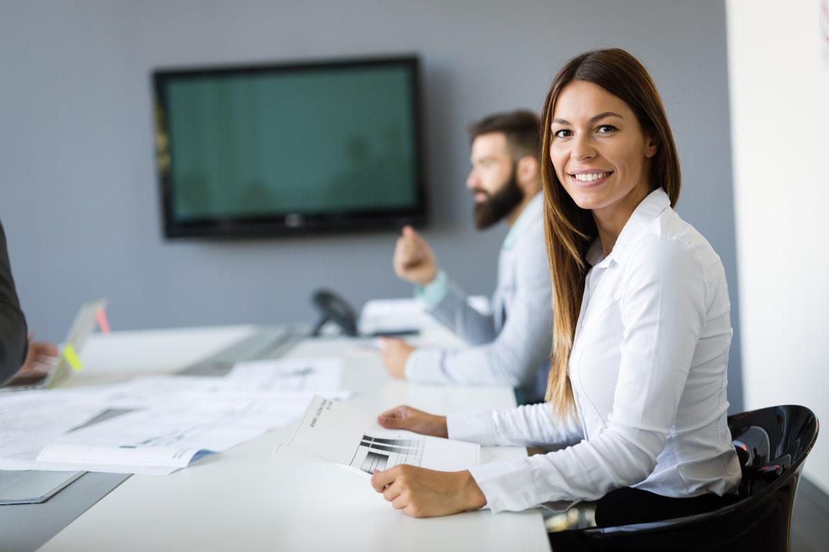 Frau lächelnd bei einer Konferenz