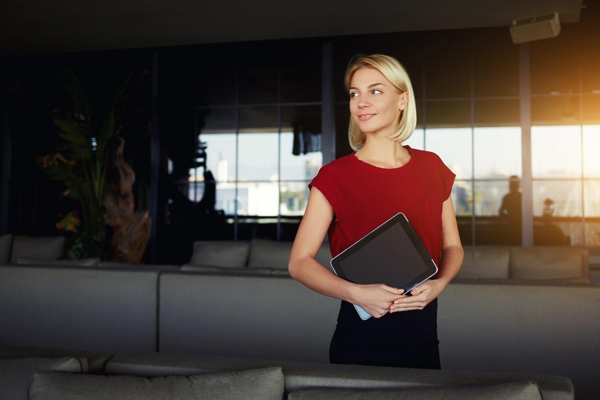 Junge Frau mit Tablet in Hand