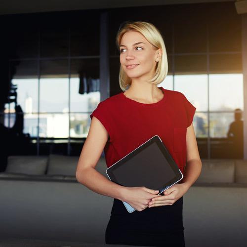Frau mit roter Bluse und Tablet