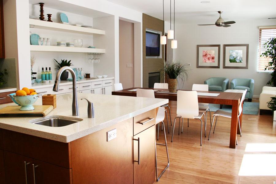 Moderne helle Küche mit Blick auf Esstisch