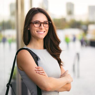 Frau mit Brille und verschränkten Armen