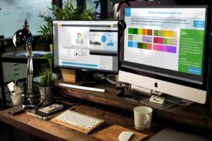 Laptop Monitor Schreibtisch modern Arbeitsplatz