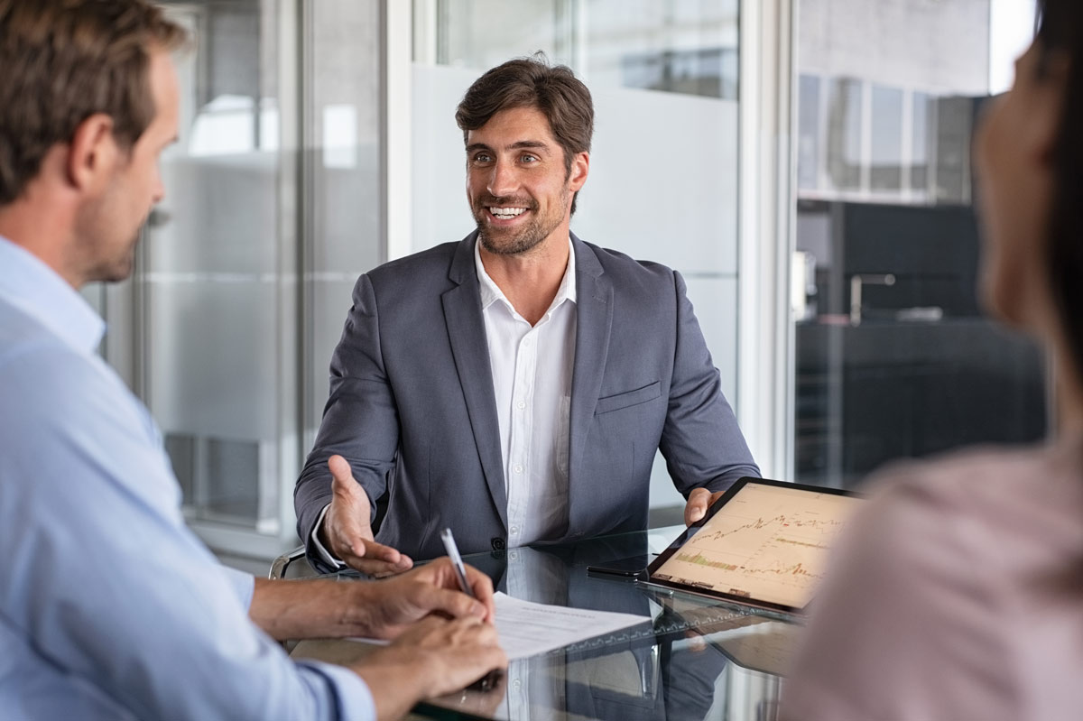 Geschäftsmann lächelnd bei Konferenz