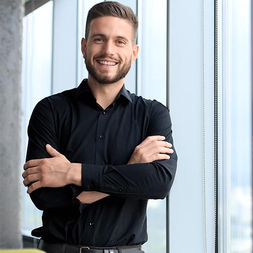 Mann schwarzes Hemd lächelt