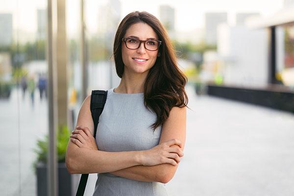 Junge Frau steht vor Gebäude