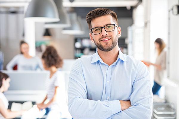 Mann steht im Büro