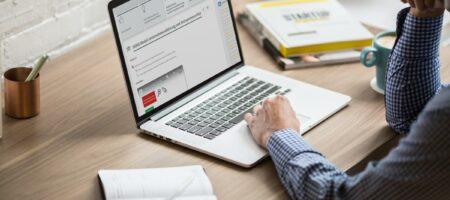 Mann verwendet Lernplattform am Laptop