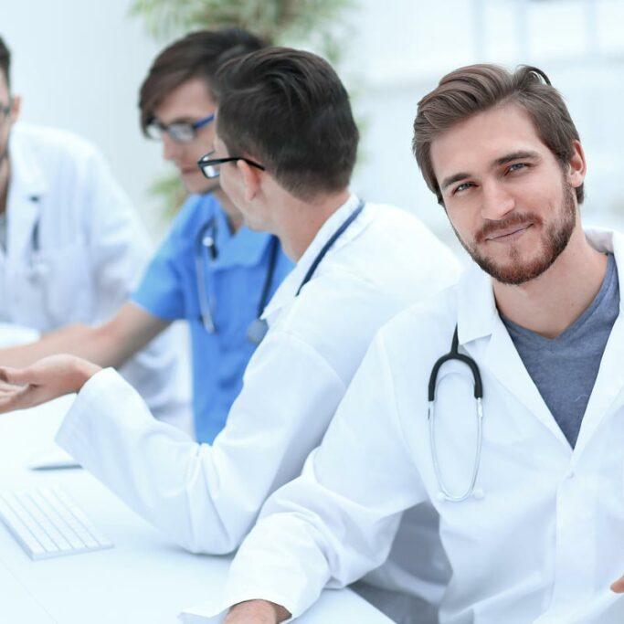 Männliche Ärzte in einem Meeting vor dem Computer