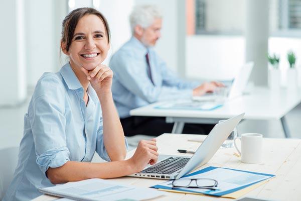 Frau in der Arbeit lächelnd