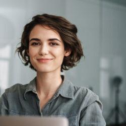 Lächelnde Frau vor Laptop