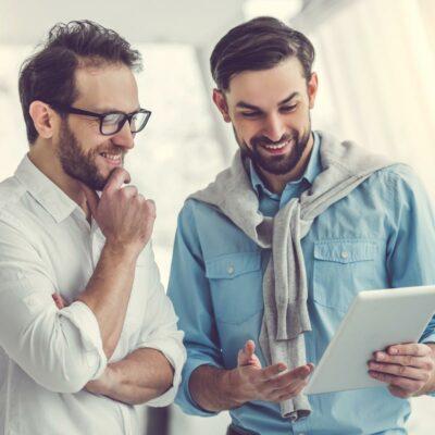 Zwei Männer im Büro unterhalten sich